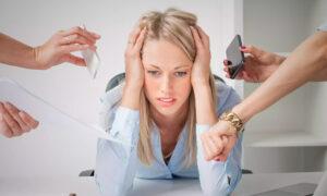 Mulher pensando no trabalho - O que será que eu fiz de errado - insatisfação profissional