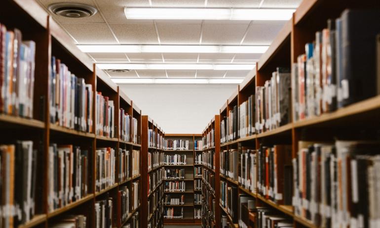 Imagem de biblioteca para ilustrar cursos gratuítos com certificados