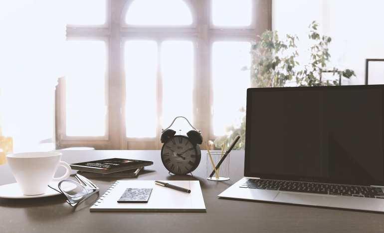 Ilustração sobre o tempo no trabalho. Processos de transição de carreira